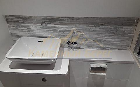 Миниатюрная столешница в ванную с накладной мойкой