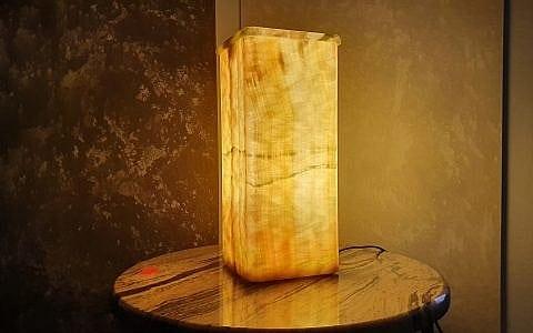 светильник из оникса