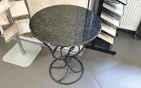 журнальный стол из камня на кованом основании