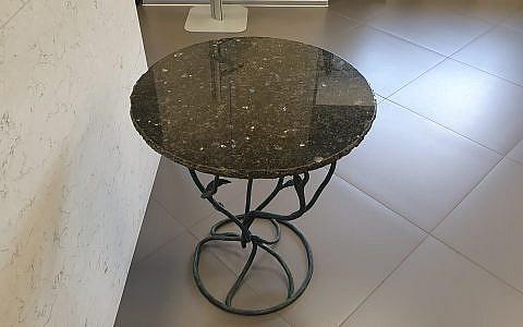 столик из гранита с колотым краем