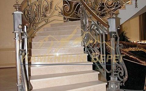 Облицовка лестницы мрамором Creme Marfil