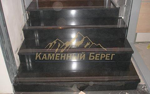 На ступенях из гранита сделана противоскользящая полоса